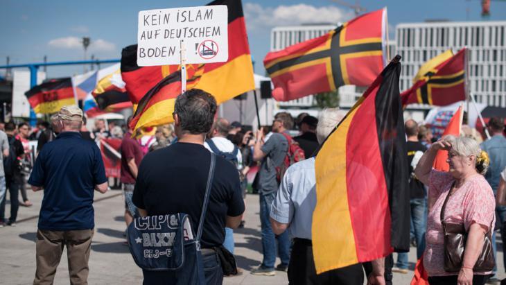 Aufmarsch rechter Gruppierungen am 7.5.2016 in Berlin; Foto: picture-alliance/dpa/B. von Jutrczenka