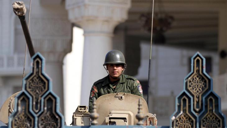 Ägyptischer Soldat im Panzerfahrzeug am Präsidentenpalast in Kairo; Foto: picture-alliance/dpa/A. Khaled