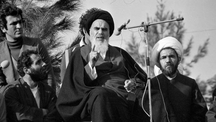 Ayatollah Khomeini nach seiner Rückkehr aus dem Exil in Teheran; Foto: picture-alliance/AP/FY