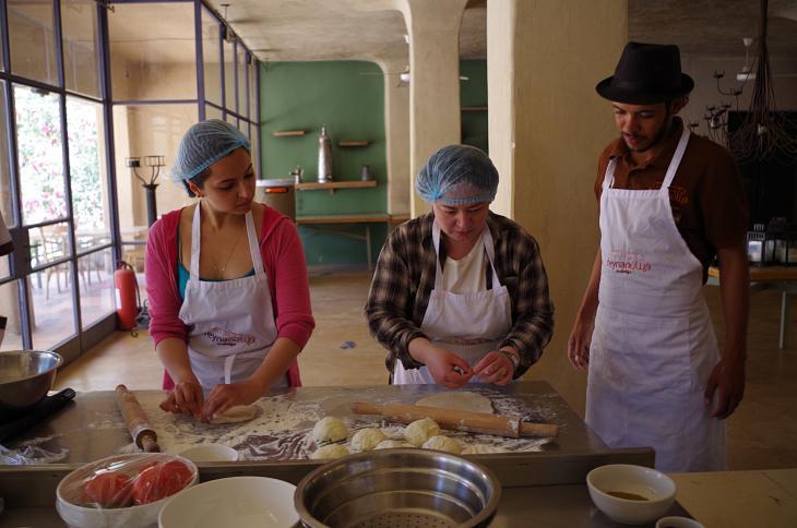 Einweisung in die traditionelle, jordanische Kochkunst; Foto: Claudia Mende