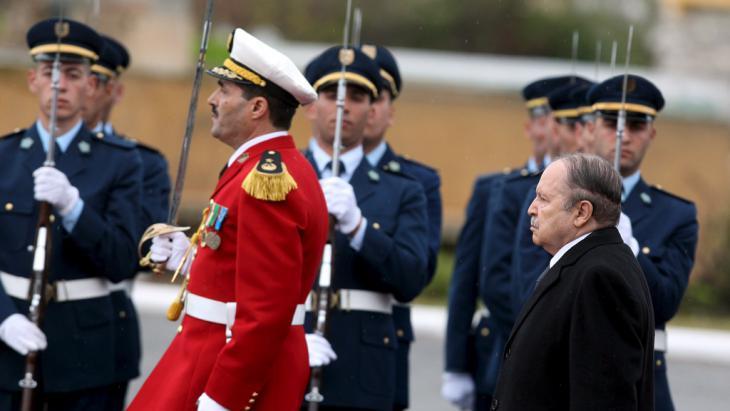 Algeriens Präsident Bouteflika während einer Militärparade; Foto: picture-alliance/dpa