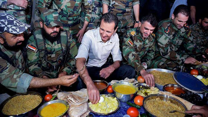 Syriens Präsident Baschar Assad während eines Truppenbesuchs im Damaszener Vorort Marj al-Sultan; Foto: picture-alliance/AP/SANA