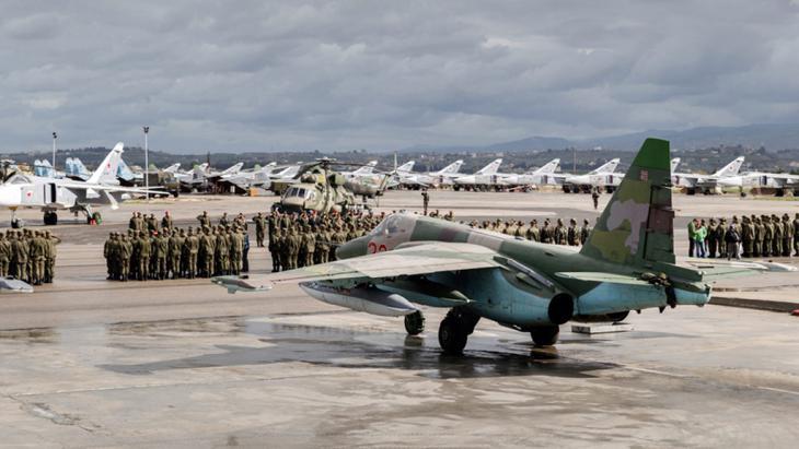 Russische Kampfjets auf einem  syrischen Luftstützpunkt bei Lattakia; Foto: picture alliance/dpa/Russian Defence Ministry