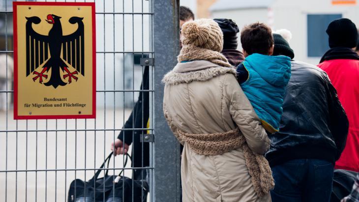 Syrische Flüchtlinge warten am Bundesamt für Migration und Flüchtlinge; Foto: picture-alliance/dpa/J.Stratenschulte
