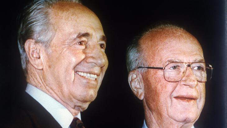 Peres (l.) und Yitzhak Rabin, kurz vor dem Attentat auf Rabin 1995; Foto: picture-alliance/dpa