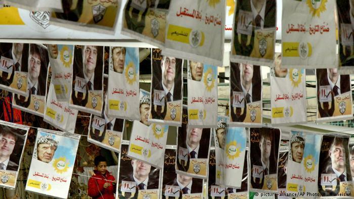 Wahllisten der Fatah vor der Parlamentswahl von 2006; Foto: picture-alliance/AP