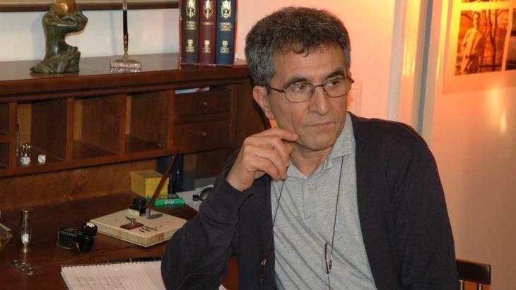 Der iranische Schriftsteller Abbas Maroufi in seiner Buchhandlung Hedayat in Berlin; Foto: privat