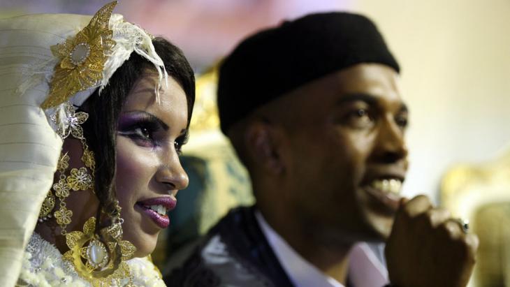 Libysches Hochzeitspaar; Foto: picture alliance/dpa/Mohamed Messara