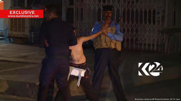 Versuchter Selbstmordanschlag: Jugendlicher wird vor einer Moschee in Kirkuk festgenommen; Foto: picture-alliance/AP/Kurdistan 24 TV News