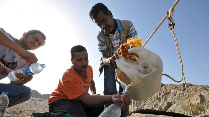 Ägypter bei der Wasserentnahme an einem Brunnen im Wadi Lahmi, Foto: picture-alliance/dpa/M.Tödt