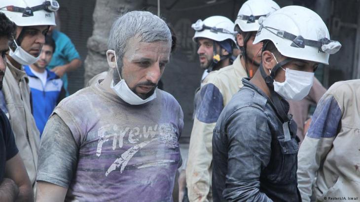 Mitglieder der Hilfsorganisation Weißhelme auf der Suche nach Überlebenden nach einem Fassbombenabwurf in Aleppo; Foto: