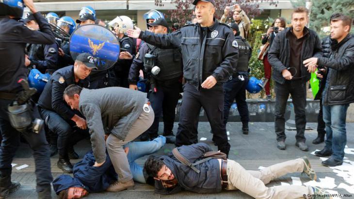 Türkische Polizei nimmt Demonstranten fest, die gegen die Inhaftierung von HDP-Politikern protestieren; Foto: Getty Images/AFP
