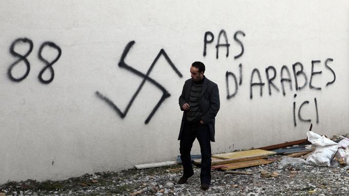 Antimuslimische Hetzparolen vor der Großen Moschee in Saint Etienne bei Lyon; Foto: picture alliance/abaca