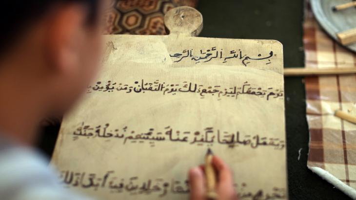 Junge beim Studium des Korans in Tripoli; Foto: MAHMUD TURKIA/AFP/Getty Images