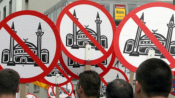 Rechtspopulisten demonstrieren gegen Moscheebau in Köln, Foto: picture-alliance/dpa/O. Berg