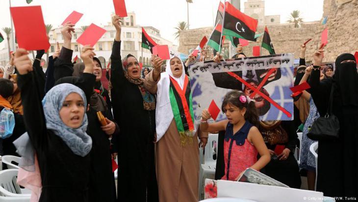Libysche Frauen demonstrieren gegen die Einheitsregierung in Tripolis; Foto: AFP/Getty Images/Mahmud Turkia