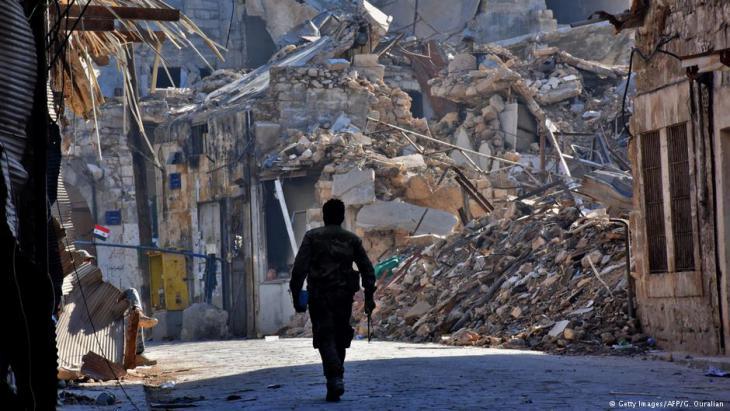 Milizionär des Assad-Regimes im zerstörten Aleppo; Foto. AFP/Getty Images