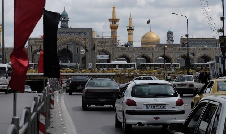 Zufahrten zu der unterirdischen Ringstraße, die unterhalb des Imam Reza-Heiligtums verläuft, und über die ein großer Teil des Verkehrs der Stadt geführt wird; Foto: Ulrich von Schwerin