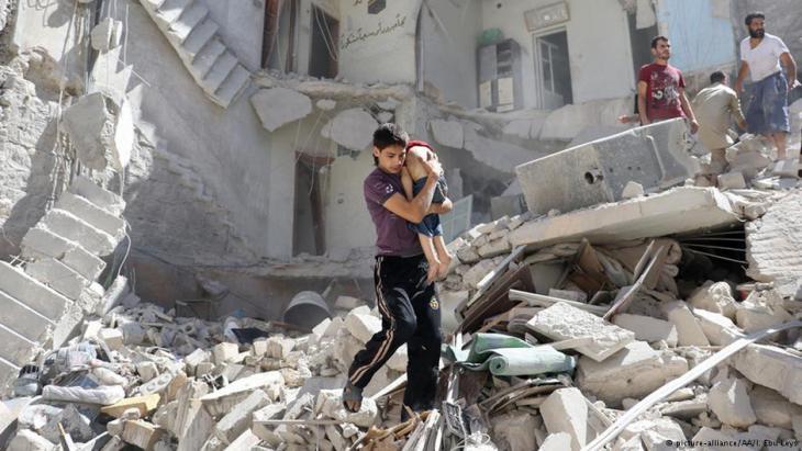Verletzter Junge wird nach einem Fassbombenabwurf im umkämpften Aleppo aus den Trümmern geborgen