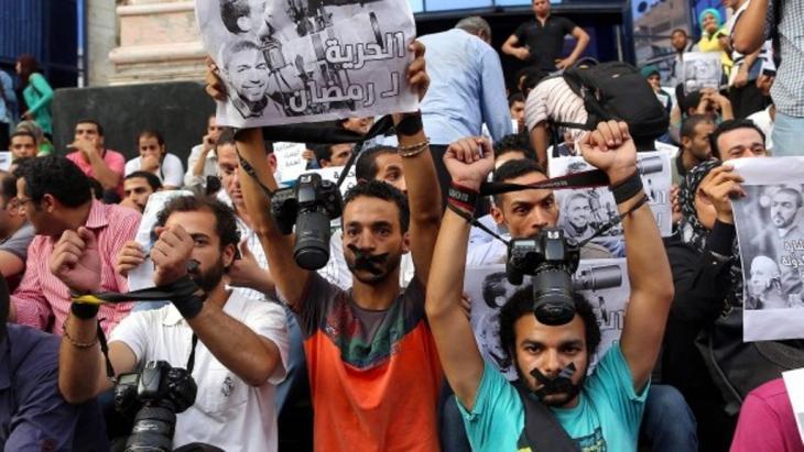 Journalisten protestieren im Juli 2016 in Kairo gegen die Festnahme des Fotografen Ahmed Ramadan; Foto: dpa