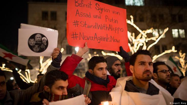 Demonstranten fordern in Berlin die Absetzung Assads und eine Beendigung der Belagerung Aleppos; Foto: Imago