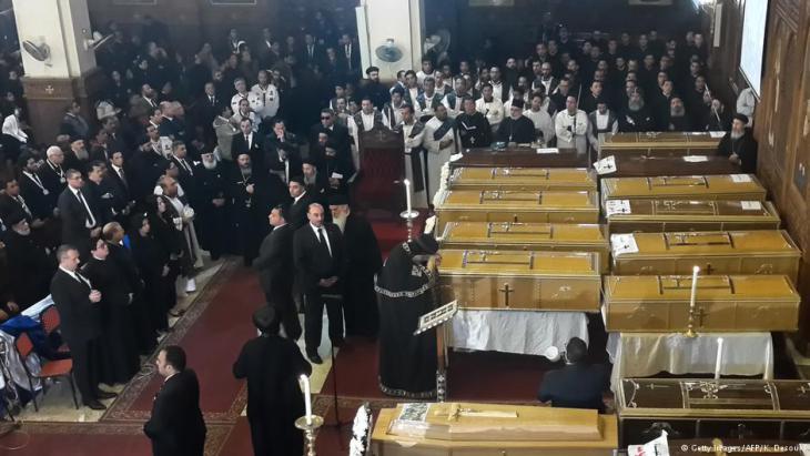 Beerdigung der Opfer des Anschlags auf die St. Peter-und Paul-Kirche in Kairo; Foto: dpa