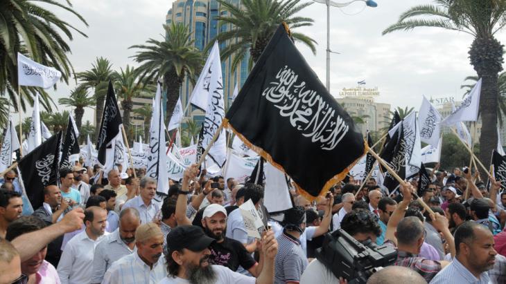 """Salafisten der  """"Ansar Sharia"""" demonstrieren 2013 in Tunis; Foto: Taieb Kadri"""