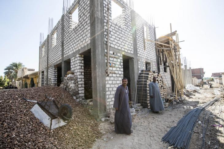 Younan Khalaf steht vor dem Rohbau seines Hauses; Foto: Flemming Weiß-Andersen