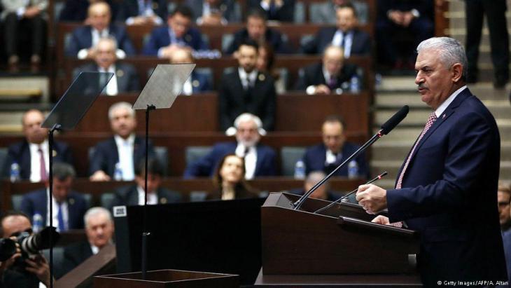 Der türkische Premierminister Yildirim verkündet die Verlängerung des Ausnahmezustands im türkischen Parlament am 3. Januar 2017 an; Foto: Getty Images/AFP/A. Altan