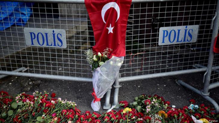 Blumen am Nachtclub Reina, dem Anschlagsort am 31.12.2016 in Istanbul