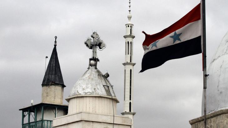 Syrische Flagge neben der  Saint-Sarkis-Kirche in Damaskus; Foto: Getty Images/LOUAI BESHARA