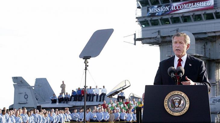 George W. Bush erklärt am 1. Mai 2003 auf dem Flugzeugträger Abraham Lincoln den Irakkrieg für beendet; Foto: S. Jaffe/AFP/GettyImages