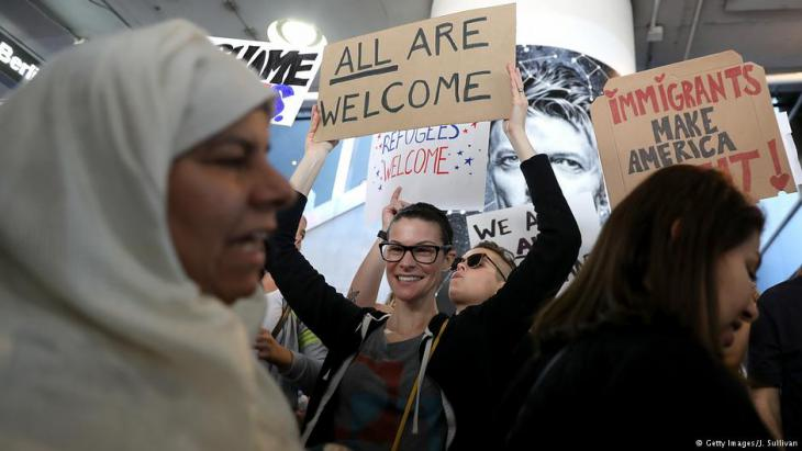 Tausende demonstrieren - wie hier am Los Angeles International Airport gegen Trumps Einreiseverbot für Muslime; Foto: Getty Images