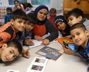 """Die deutsch-arabische Kinderbuchreihe """"Einfach lesen!"""" begleitet Kinder beim Einleben in der neuen Umgebung; Foto: Jasmin Zikry"""