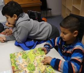 Die Kinder lesen mit großem Interesse die übersetzten Geschichten; Foto: Jasmin Zikry
