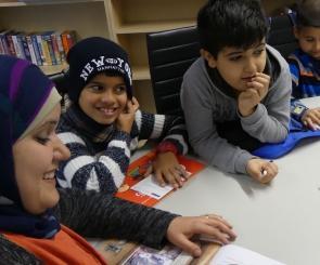 Die Lehrerin Amena Ragess liest Geschichten in zwei Sprachen vor;Foto: Jasmin Zikry