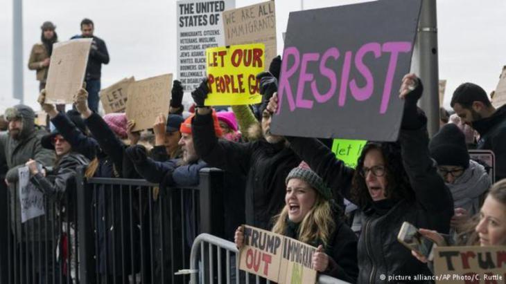 US-Bürger demonstrieren gegen Trumps Einreiseverbot für Muslime; Foto: picture-alliance/AP