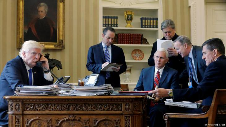 US-Präsident Trump neben Reince Priebus, Mike Pence, Steve Bannon, Sean Spicer und Michael Flynn; Foto: Reuters