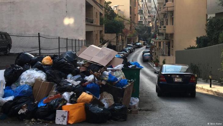 Auf den Straßen Beiruts stapeln sich die Müllberge; Foto: AliceKohn