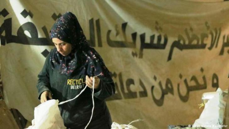 """Eine syrische Mitarbeiterin von """"Recycle Beirut"""" sortiert Müll;Foto:Natalie Mauthofer"""