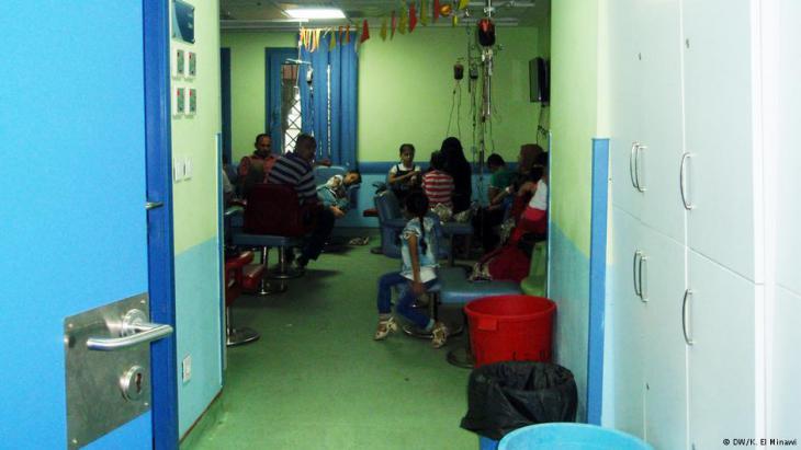 Wartende im Bluttransfusionsraum der Abu el Rish Klinik; Foto:DW/El Minawi