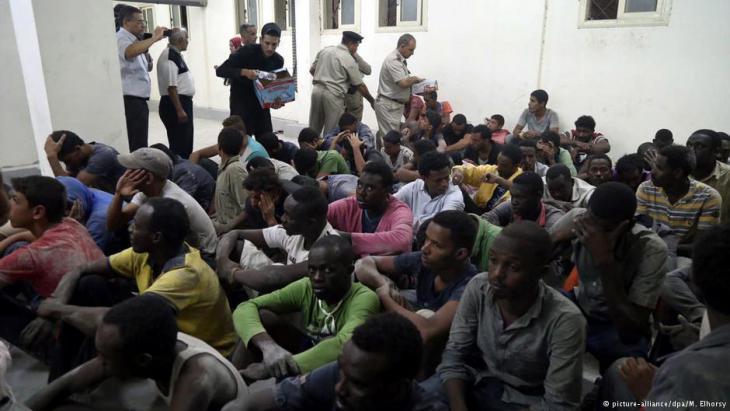 Überlebende Flüchtlinge nach einem Schiffsunglück im ägyptischen Rosetta; Foto:
