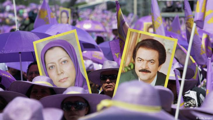 Anhänger der autoritären Volksmudschahedin demonstrieren in der Nähe von Paris; Foto: Getty Images