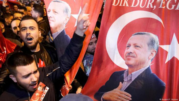 Anhänger Erdoğans in Rotterdam; Foto: Reuters