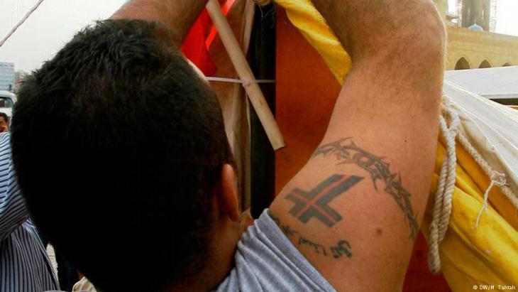"Mann mit Tattoo der ""Lebanese Forces"" in Beirut; Foto: Marwan Tahtah"