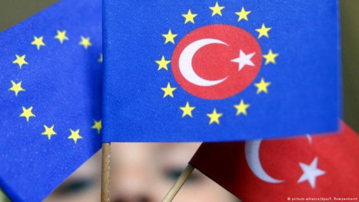 Flaggend er Europäischen Union und der Türkei vereint; Foto: dpa/picture-alliance