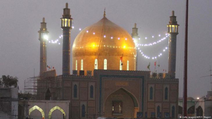Schrein des Lal Shahbaz Qalandar bei Nacht; Foto: Getty Images/AFP