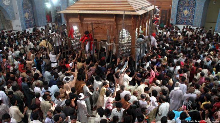 Abendlicher Tanz im Lal Shahbaz Qalandar-Schrein; Foto: AFP/Getty Images