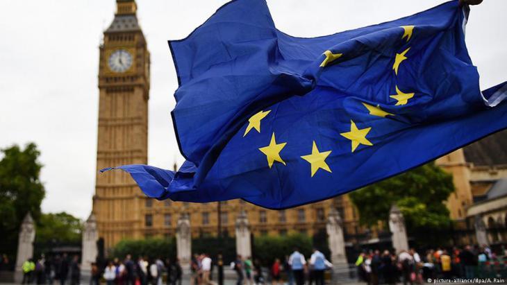 EU-Fahne vor dem Parlament in London; Foto: picture-alliance/dpa