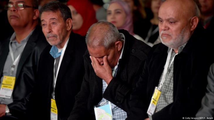 Angehörige von Opfern der Ben-Ali-Diktatur verfolgen Aussagen von damaligen Tätern des Regimes per Video in einem Sitzungssaal der Wahrheitskommission am 17. November 2016; Foto: AFP/Getty Images